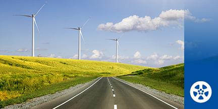 Straße mit Feld und Windrädern