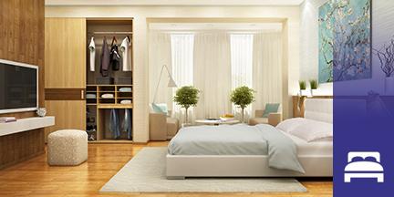 Blick in Schlafzimmer mit Kleiderschrank und Fernseher