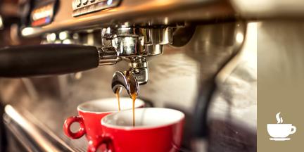 Kaffemaschine mit zwei roten Tassen in die Kaffee läuft