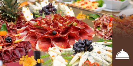 Schinkenröllchen und Käse auf Platte angerichtet