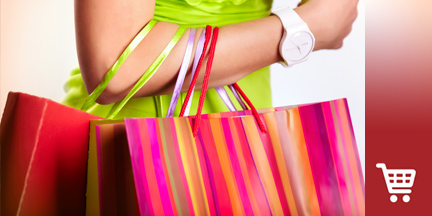 Bunt gestreifte Einkaufstüten am Arm einer Frau