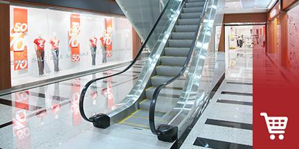 Rolltreppe in einem Einkaufszentrum mit Schaufenstern