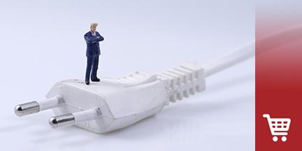 Weißes kabel mit Stecker auf dem Miniatur eines Mannes steht