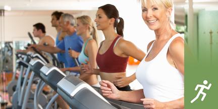 Personen auf Laufbändern in Fitnessstudio