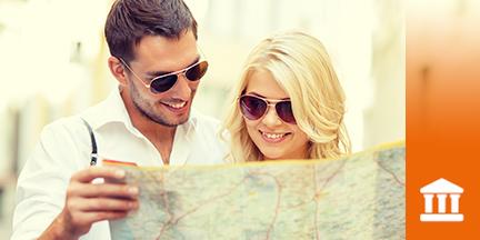 Paar mit Sonnenbrillen schaut in Stadtplan