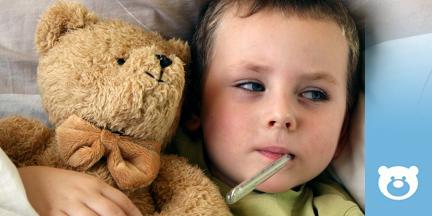Kind mit Fieberthermometer im Mund und Teddy im Arm