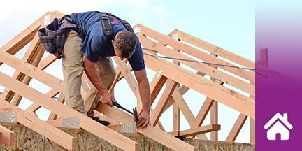 Zimmermann bei der Arbeit auf Dachstuhl