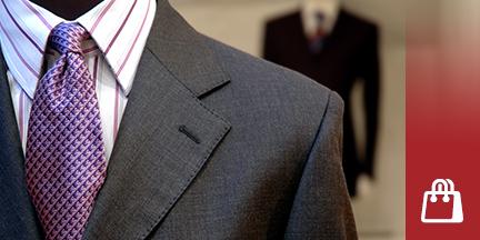 Schaufensterpuppe trägt dunklen Anzug mit gestreiftem Hemd und lila Krawatte