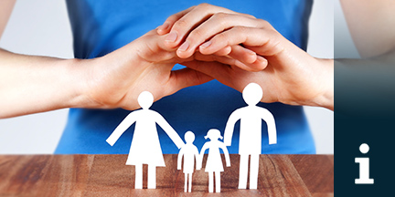 Schützende Hände über einem Papierscherenschnitt in Form von Eltern mit zwei Kindern