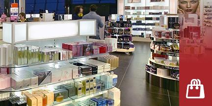 Blick in eine Parfümerie mit gefüllten Regalen