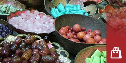 Schalen mit verschiedenen Perlen und Schmucksteinen