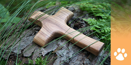 Holzkreuz auf Stein
