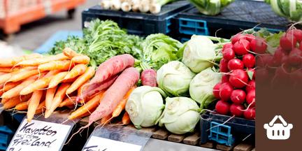 Karotten, Rettich, Kohlrabi und Radieschen auf Marktstand