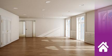Leerer lichtdurchfluteter Wohnraum mit Holzfussboden