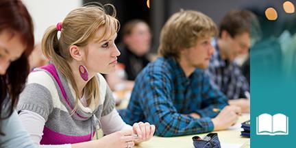 Blick in Klassenraum mit jungen Erwachsenen