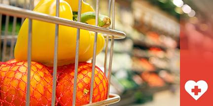 Einkaufswagen mit Mandarinen und Paprika