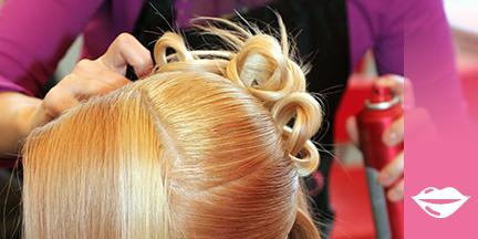 Blonder Frauenkopf wird frisiert