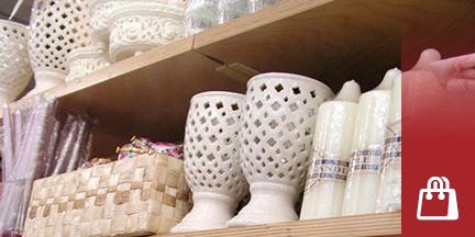 Verkaufsregal mit Kerzen und Kerzenhaltern
