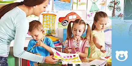 Drei Kinder und Frau beim Malen mit Pinsel und Farben