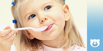 Mädchen mit Löffel am Mund