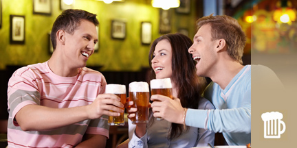 Zwei Männer und Frau stoßen mit Biergläsern an