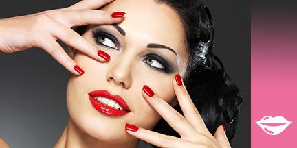 Frauengesicht mit rotem Lippenstift, Smokey Eyes und Hände mit rotem Nagellack