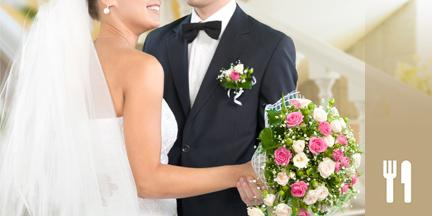 Hochzeitspaar hält Brautstrauß