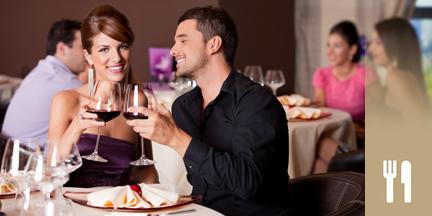 Paar stößt mit Weingäsern im Restaurant an