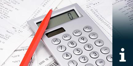 Taschenrechner und roter Kugelschreiber