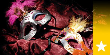 Zwei mit Federn verzierte Masken