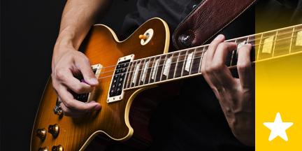 Mann spielt elektrische Gitarre