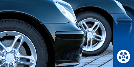 Parkende Autos in Reihe